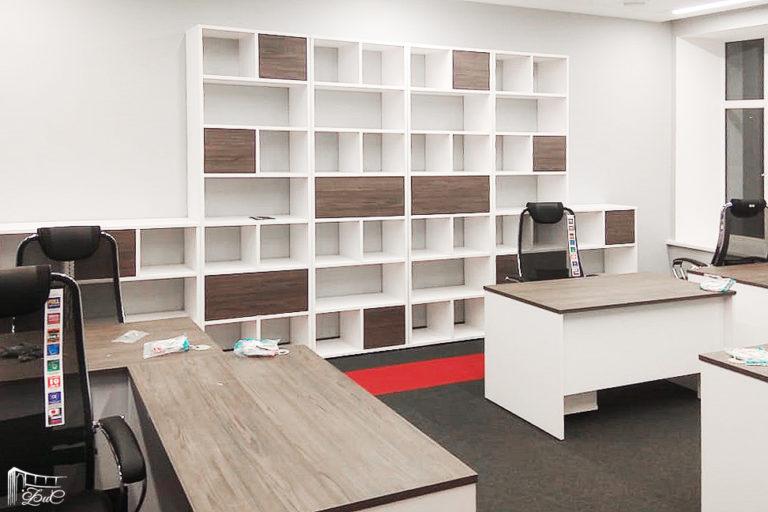 большой открытый стеллаж бело-деревянный и рабочие столы для офиса под заказ